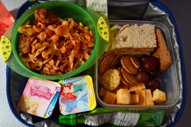 Pasta, tomato sauce, meatballs, onion, mushrooms/ Peach jam sandwich / Crackers / Cheddar cheese / Speculoos cookie / Two yogurts / Apple sauce
