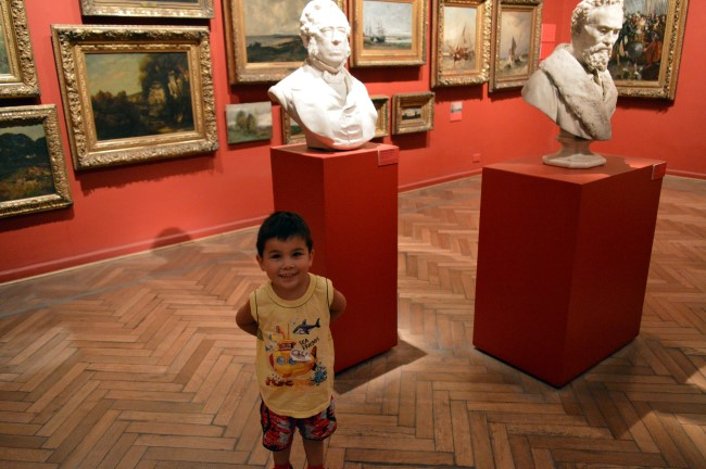 "Museo Nacional de Bellas Artes: Mark imitates the statue ""without arms"""