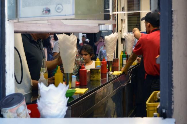 Hot dog eaters under the Portal Fernández Concha