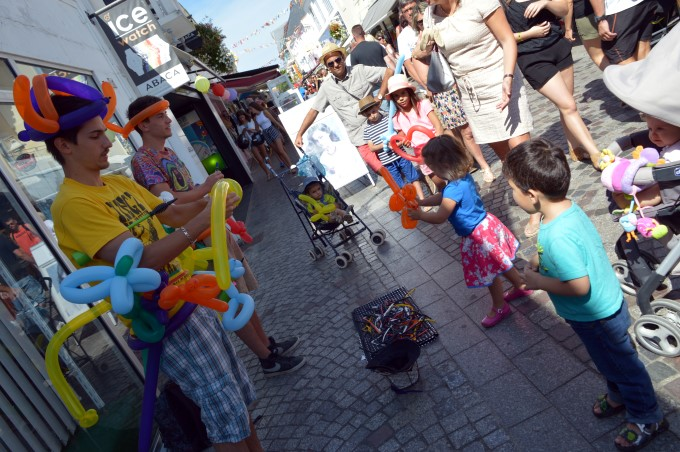 Buskers making balloons for kids