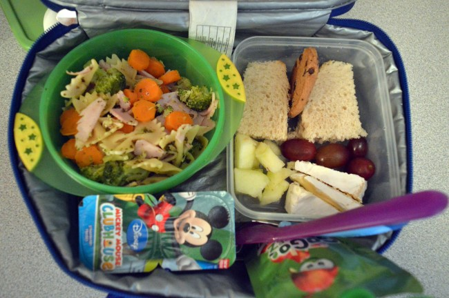 Pasta, carrots, broccoli, ham and pesto sauce / Honey sandwich / Grapes / Apple / Brie cheese / Cookie / Two yogurts / Apple sauce