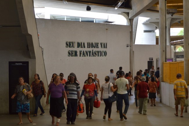 """Your day will be wonderful"", mural greeting passengers in Recife"