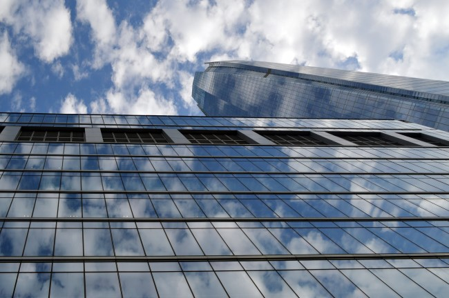 Blue sky reflecting in the Torre 2 de Costanera Center