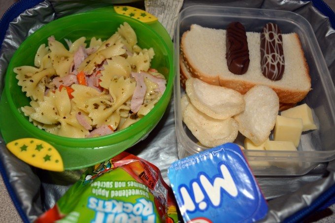Pasta, ham and carrot with pesto sauce // Apricot jam sandwich // Shrimp crackers // Cheddar // Cookies // Apple sauce and yogurt