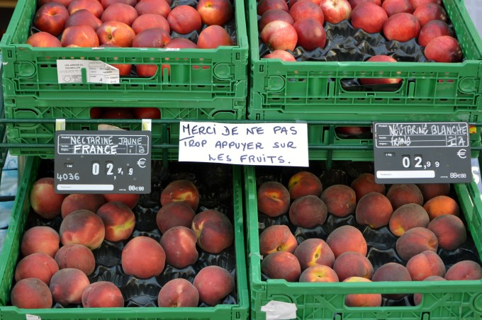 """Please don't touch the fruits"" (a French pet peeve)"