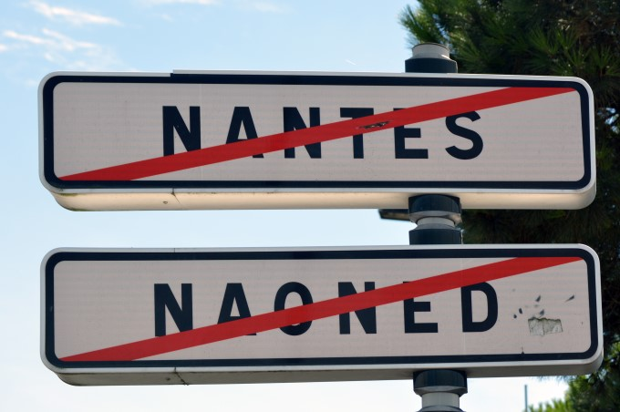 Nantes sign in French and Breton language
