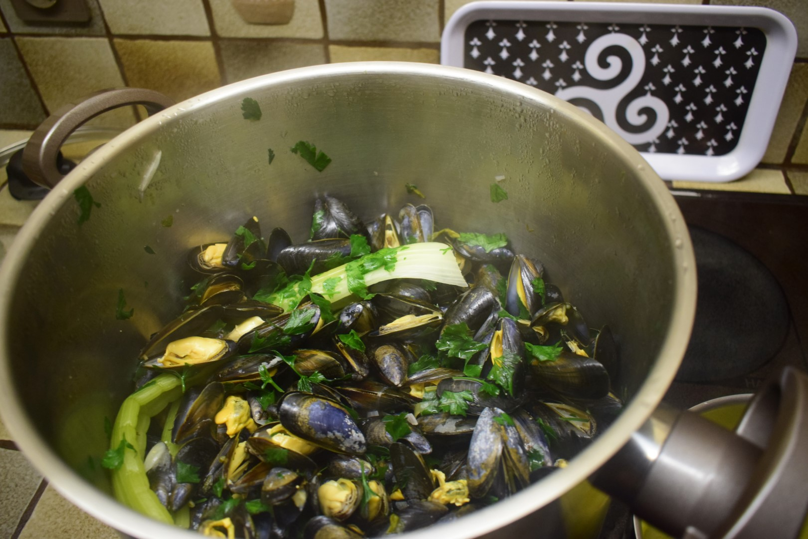 Mussels and herbs dinner in the family home, Saint-Michel