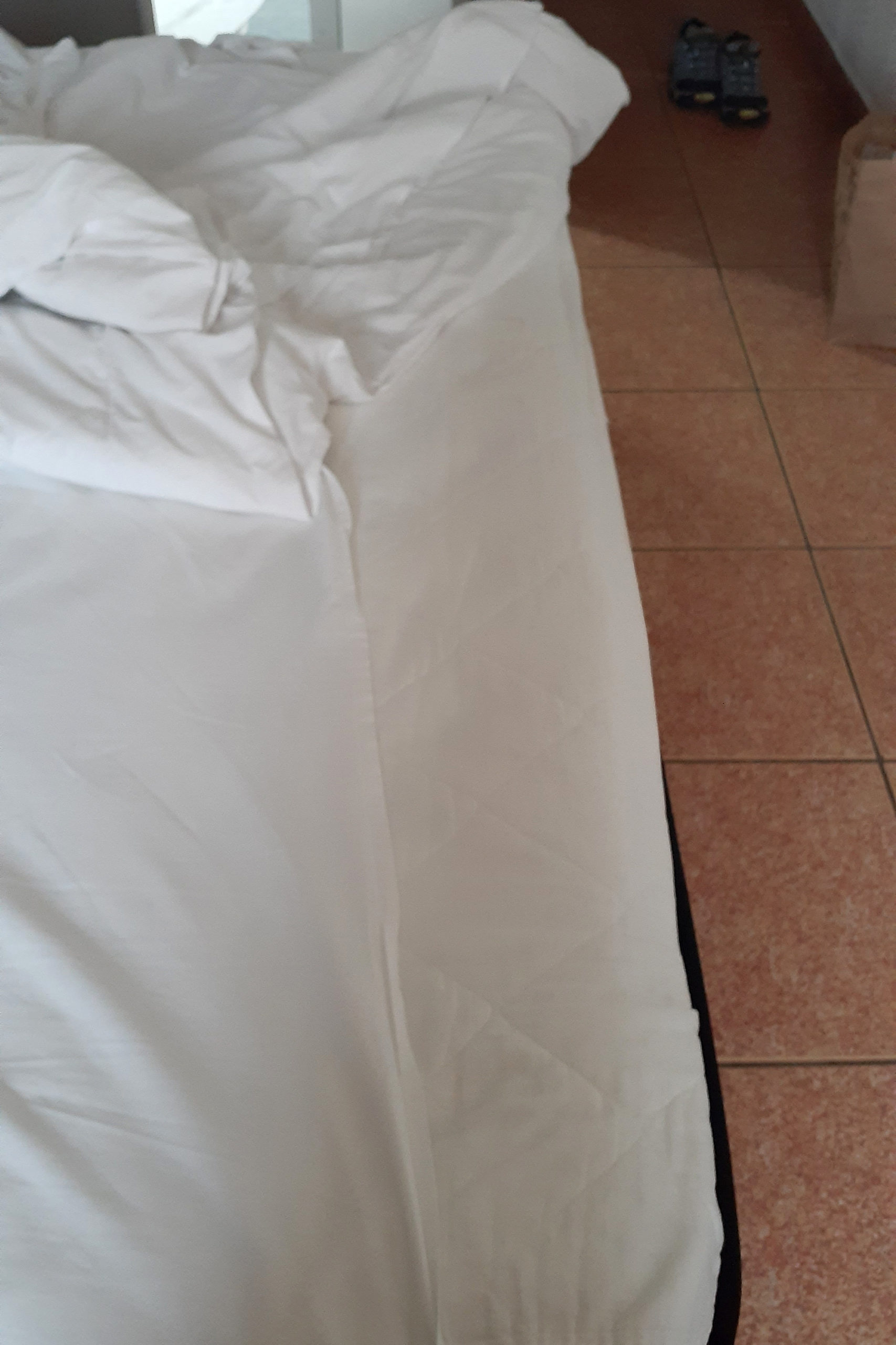 Typical hotel bed issue: flat sheet to small for the bed...